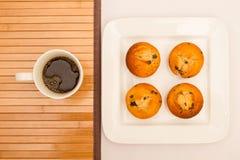 Vanille avec des petits pains de puces de chocolat avec une tasse de café Photographie stock libre de droits