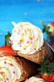 Vanille bevroren yoghurt of zacht roomijs in wafelkegel Stock Foto's