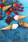 Vanille bevroren yoghurt of zacht roomijs in wafelkegel Royalty-vrije Stock Foto's