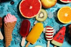 Vanille bevroren yoghurt of zacht roomijs in wafelkegel Stock Afbeeldingen
