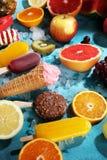 Vanille bevroren yoghurt of zacht roomijs in wafelkegel Royalty-vrije Stock Fotografie