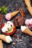 Vanille bevroren yoghurt of zacht roomijs in wafelkegel in variou Royalty-vrije Stock Foto's