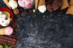 Vanille bevroren yoghurt of zacht roomijs in wafelkegel in variou Stock Afbeelding