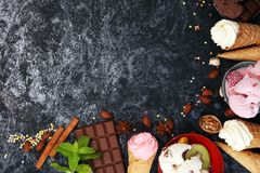Vanille bevroren yoghurt of zacht roomijs in wafelkegel in variou Stock Foto