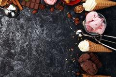 Vanille bevroren yoghurt of zacht roomijs in wafelkegel in variou Stock Foto's
