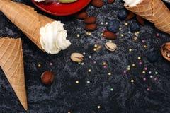 Vanille bevroren yoghurt of zacht roomijs in wafelkegel in variou Royalty-vrije Stock Afbeeldingen