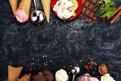 Vanille bevroren yoghurt of zacht roomijs in wafelkegel in variou Royalty-vrije Stock Afbeelding