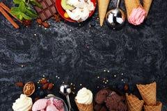 Vanille bevroren yoghurt of zacht roomijs in wafelkegel in variou Stock Fotografie