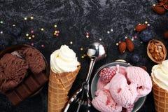 Vanille bevroren yoghurt of zacht roomijs in wafelkegel in variou Royalty-vrije Stock Foto