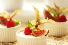 Vanille crémeuse Panacota avec les baies sauvages, pudding de framboise puding Photos stock