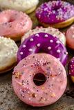 Vanille cuite au four fraîche Bean Iced Doughnuts Image libre de droits