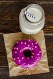 Vanille cuite au four fraîche Bean Iced Doughnuts Images libres de droits