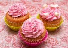 Vanille cupcake met aardbeisuikerglazuur Stock Fotografie