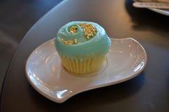 Vanille cupcake met blauw suikerglazuur Stock Afbeeldingen