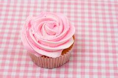 Vanille cupcake met roze roze suikerglazuur Royalty-vrije Stock Foto's