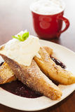 Vanille-eingetauchter französischer Toast mit Schlagsahne Stockfotografie