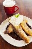 Vanille-eingetauchter französischer Toast mit Schlagsahne Stockfoto