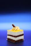 Vanille en Chocoladecake op Metaal Blauwe Achtergrond Stock Afbeelding
