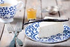 Vanille en honingskaastaart op een blauwe plaat Royalty-vrije Stock Afbeelding