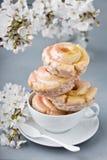 Vanille en lavendel donuts die in een kop wordt gestapeld stock foto