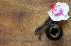 Vanille-Extrakt in einer Flasche und in einer Vanille lizenzfreie stockbilder