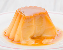 Vanille-Pudding auf Weiß stockbild