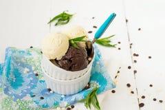 Vanille- und SchokoladenEiscreme Lizenzfreies Stockfoto