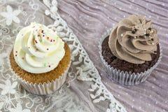 Vanille- und Schokoladenkleine kuchen auf der Spitze Stockfotografie