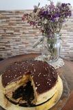 Vanille- und Schokoladenkuchen mit Blumen lizenzfreie stockfotos