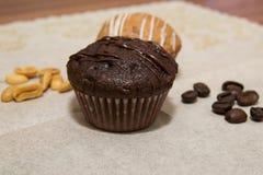 Vanille- und Schokoladenmuffins in einem Korb Lizenzfreie Stockfotos