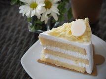 Vanille und wipping Sahnekuchen mit weißer Schokolade auf Belag Lizenzfreies Stockbild