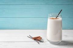 Vanille- und Zimtproteindrink im Glas lizenzfreies stockfoto