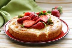 Vanillecake met verse aardbeien Stock Foto
