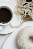 Vanilledonut, -kaffee und -perlen Stockbilder