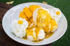 Vanilleeis mit den frischen Mangos thailändisch Stockbilder