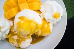 Vanilleeis mit den frischen Mangos thailändisch Lizenzfreie Stockfotos