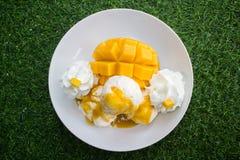 Vanilleeis mit den frischen Mangos thailändisch Stockfotos