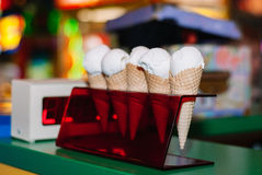 Vanilleeis mit fünf Weiß auf dem roten Stand lizenzfreie stockfotos