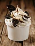 Vanilleeis mit oreos und Schokoladensoße Stockbild