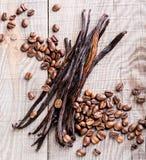 Vanillehülsen und Kaffeebohnen Stockfoto