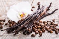Vanillehülsen und Kaffeebohnen Lizenzfreies Stockfoto