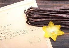 Vanillehülsen und -rezept mit Vanille-Extrakt stockfotografie