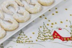 Vanillehalbmonde auf einer Weihnachtstischdecke Stockfotos