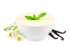 Vanillejoghurt auf Weiß Stockfotos