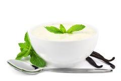 Vanillejoghurt und -löffel Lizenzfreies Stockbild
