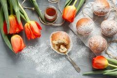 Vanillekleine kuchen Frische Blumen sind Tulpen Stockfoto