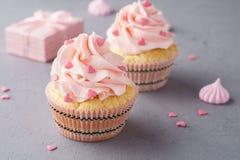 Vanillekleine kuchen mit der rosa Himbeere, die für Valentine&#x27 bereift; s DA lizenzfreies stockfoto