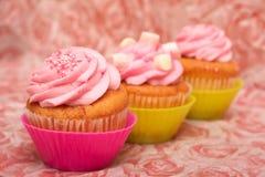 Vanillekleine kuchen mit Erdbeerevereisung Lizenzfreie Stockfotografie