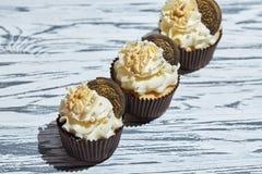 Vanillekleine kuchen mit Plätzchen und Nüssen stockbild