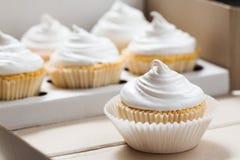 Vanillekleine kuchen mit weißer Creme, Abschluss oben Lizenzfreie Stockfotografie